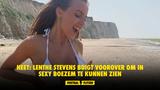 HEET: Lenthe Stevens buigt voorover om in sexy boezem te kunnen zien
