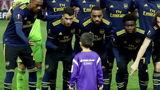 Prachtige beelden: Arsenal-spelers betrekken mascotte bij teamfoto